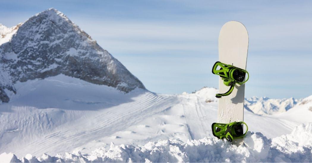 Snowboard im Schnee