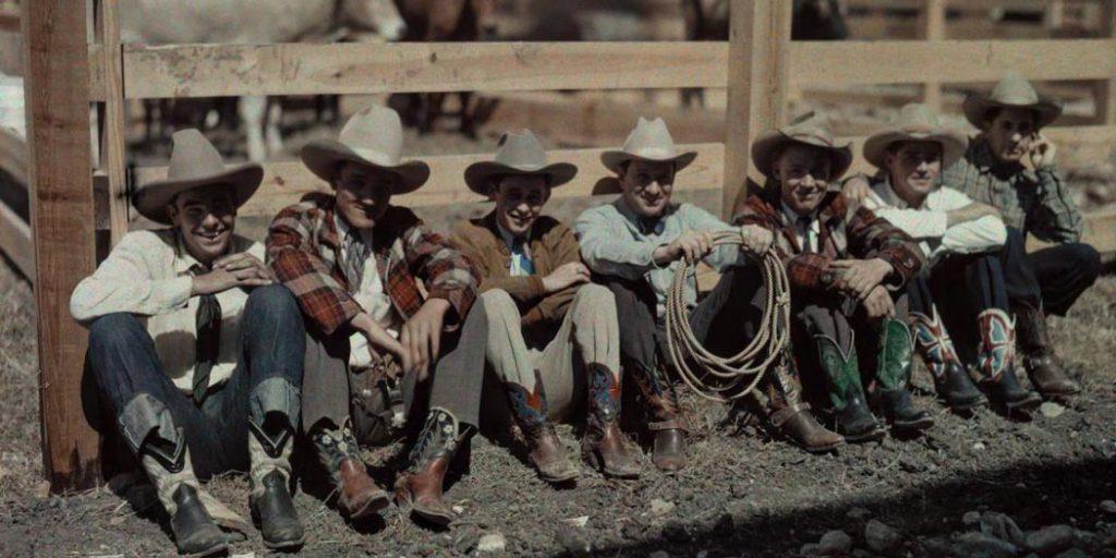 Cowboys sitzend in einer Reihe