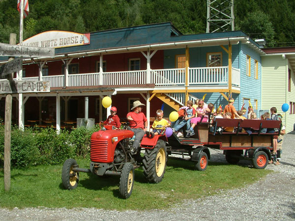 Traktor mit Kindern in der Westernstadt