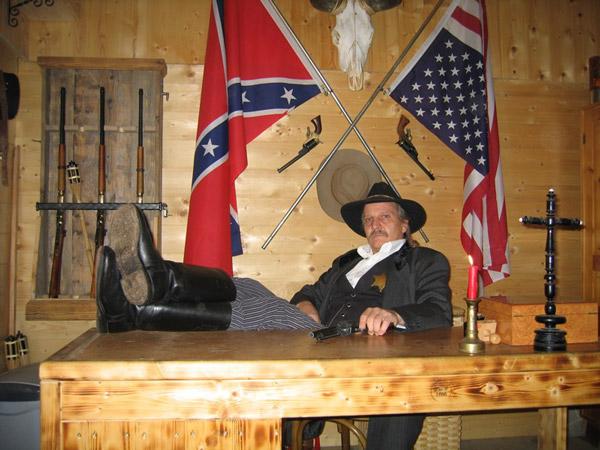 Sheriff im Office des Westernforts in Aufenfeld