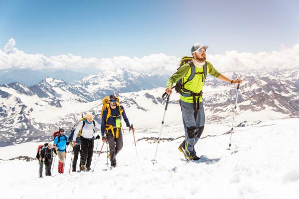 Gruppe macht Schneeschuhwandern im Zillertal