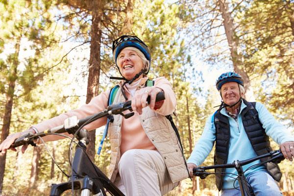 Paar macht einen Ausflug mit dem Fahrrad durch das Zillertal