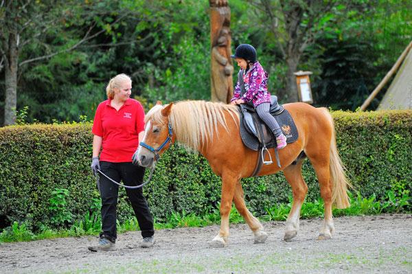 Mädchen auf Pferd im Resort Aufenfeld
