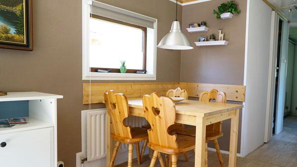 Sitzecke mit rustikalem Tisch und Stühlen