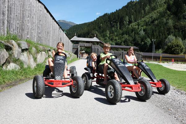 Kinder auf Go Karts im Freizeitpark Aufenfeld