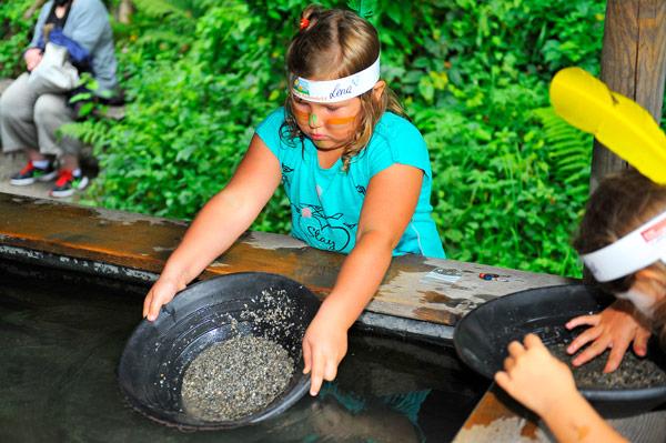 Mädchen beim Goldwaschen im Freizeitpark