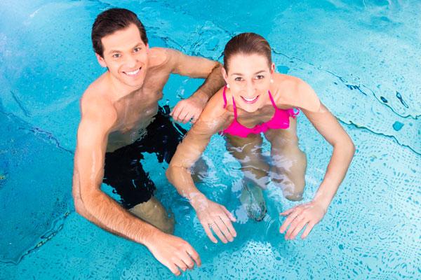 Paar im Wasser im Hallenbad Aufenfeld