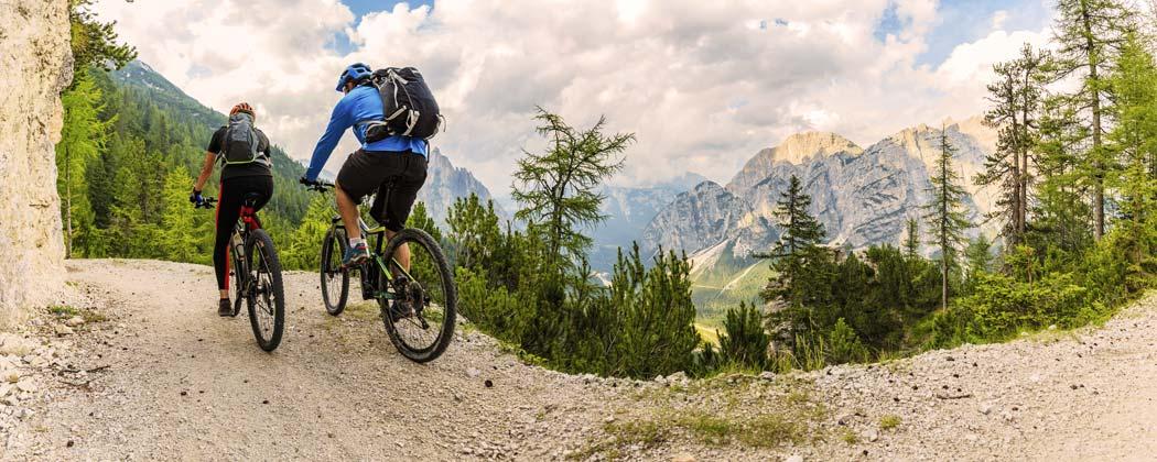 Fahrradfahrer in den Begen mit Rädern aus dem Fahrradverleih Camping Aufenfeld
