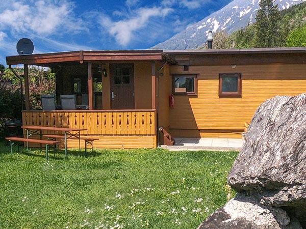 Hütte Zillertal mit Wiese und Felsgestein im Vordergrund