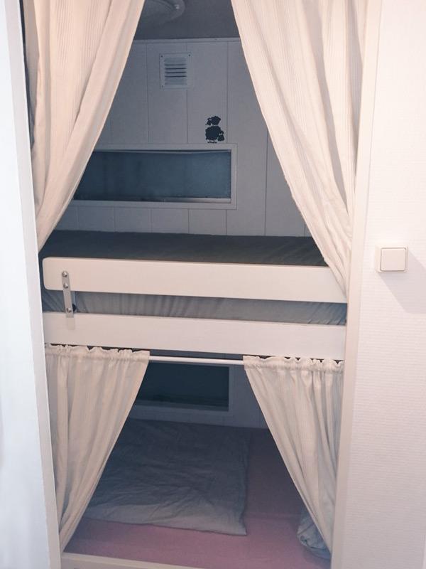 Etagenbett mit Vorhängen