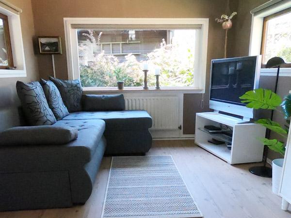Sofa mit TV auf Sideboard