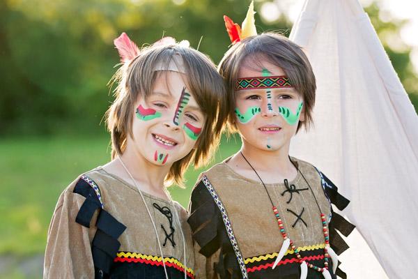 Kinder als Indianer verkleidet