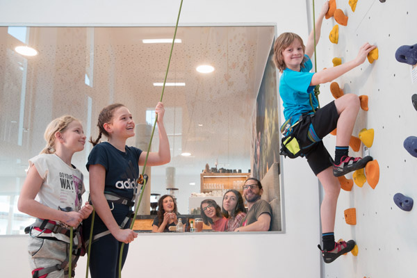 Kinder an der Kletterwand