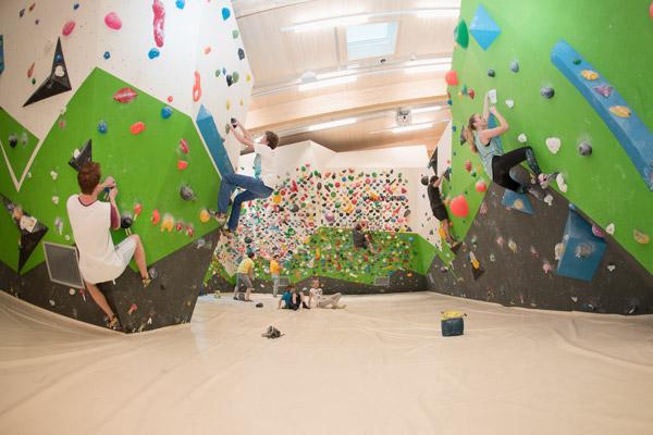 viele Leute klettern im Kletterzentrum