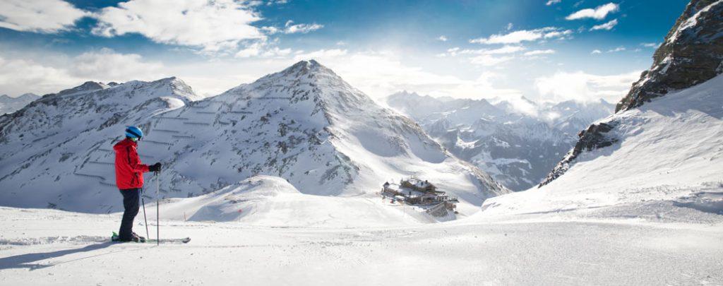 verschneites Bergpanorama mit Skifahrer