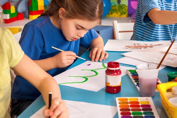 Kind malt im Topi Kids Club