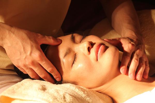 Frau entspannt sich bei Massage