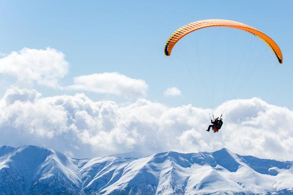 Paragliding bei blauem Himmel
