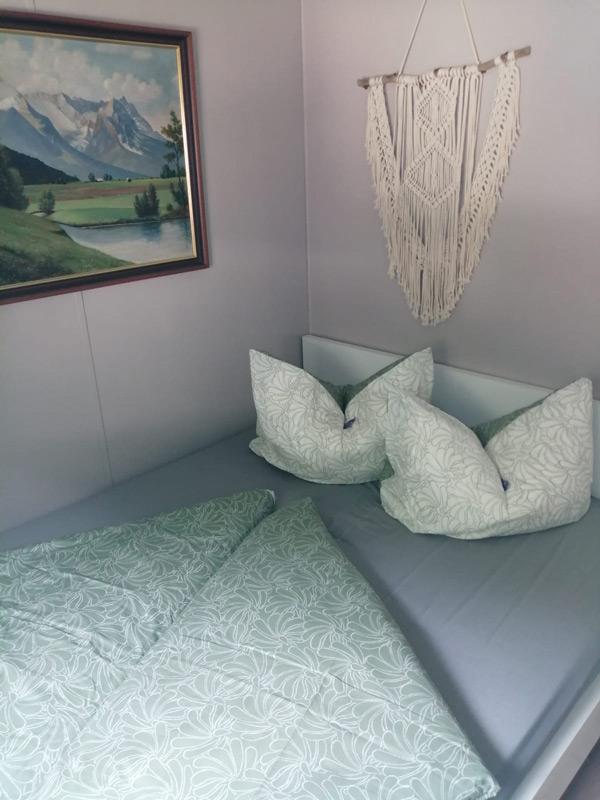 Schlafzimmer mit Wandbild und Makrame