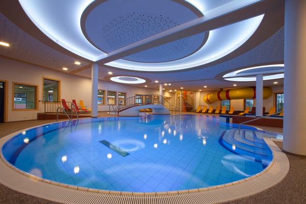 Schwimmbecken für die Erwachsenen im Resort Aufenfeld