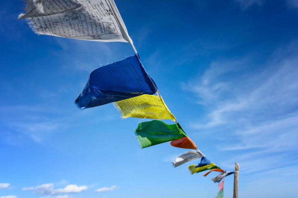 tibetische Gebetsfahnen im Wind