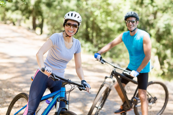 junges Paar macht Mountainbike-Tour durch die Berge