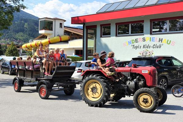 Traktorfahren Kids Club Camping Aufenfeld