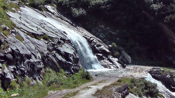 rauhe felsige Landschaft mit Wasserfall im Zillergrund