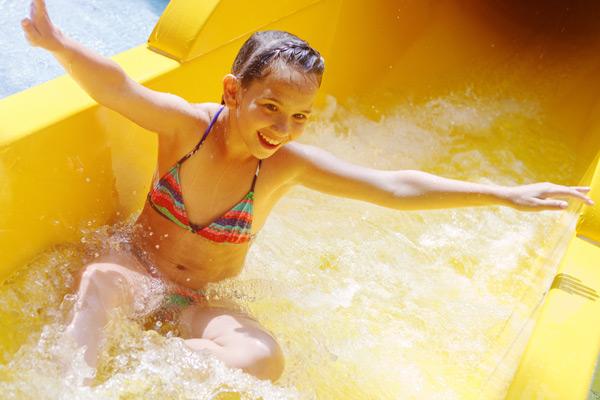 Mädchen in der Wasserrutsche des Hallenbades Aufenfeld