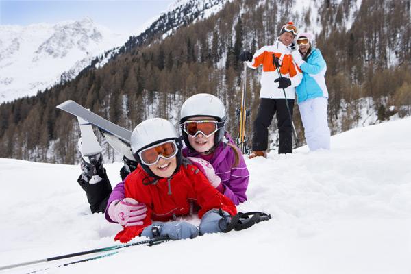 Familie im Schnee auf dem Berg