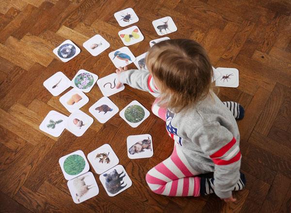 Kind spielt das Spiel Dinner Party Tiere der Zillertaler Berge
