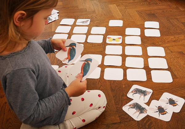 Kind spielt Memory Spiel von We love Zillertal
